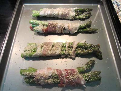 Roasted Asparagus with Bacon and Sesame Seeds preparation