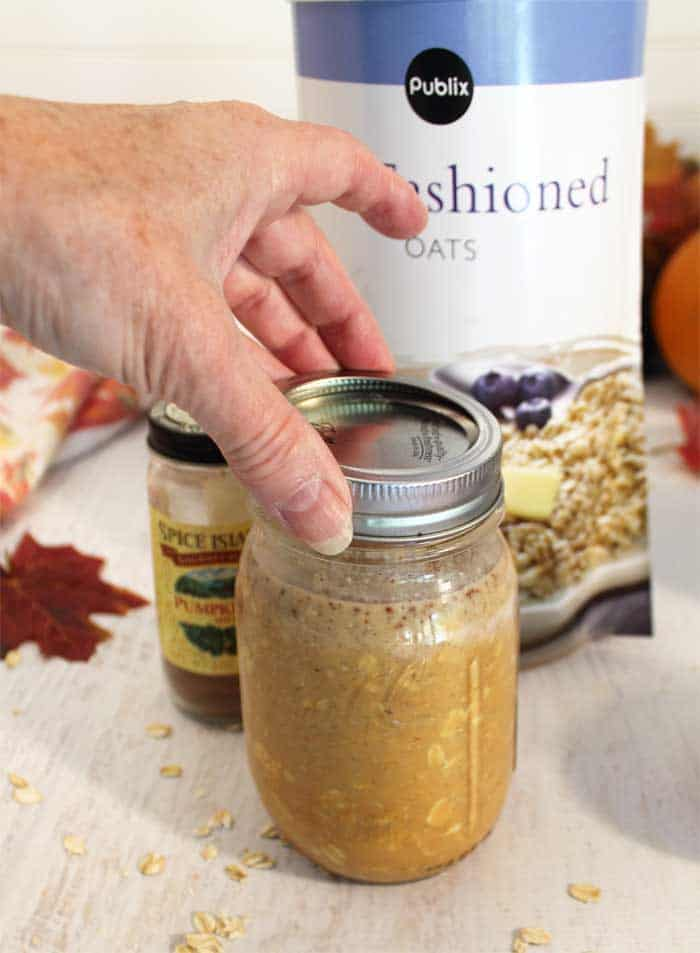 Pumpkin Pie Overnight Oats screw on mason jar lid and shake